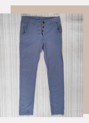 Брюки джинсового цвета