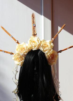 Корона с белыми розами