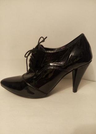 Лаковые  туфли ботильоны ботинки на шнурках с острым носом  по...