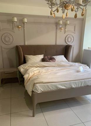 Деревянная кровать Порадо с мягким изголовьем