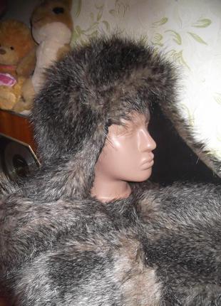 Меховая шапка с длинными ушами-карманами.