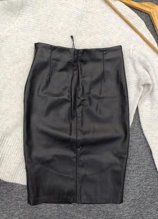 Кожаная юбка миди с разрезом спереди раз.s