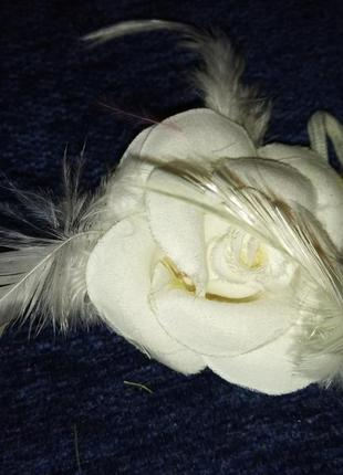 Резинка для волос. белая роза