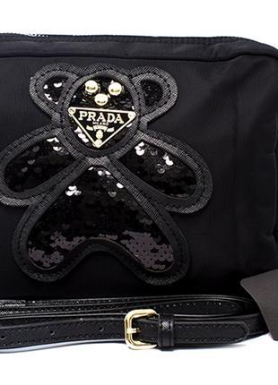 Женская сумочка чёрного цвета.