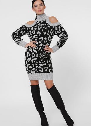 Вязаное теплое платье с черным леопардовым принтом серого цвета