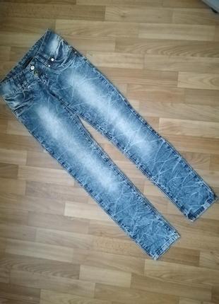 Стильные мраморные джинсы осень