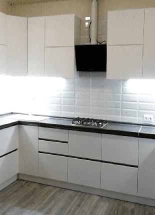 Белая глянцевая кухня без ручек.