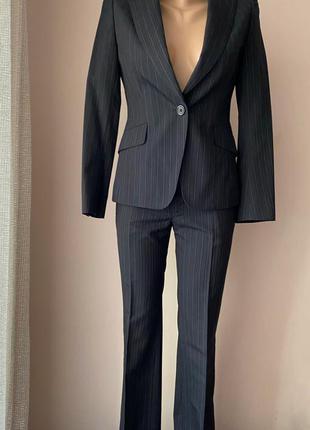 Классический шерстяной женский костюм у плоску