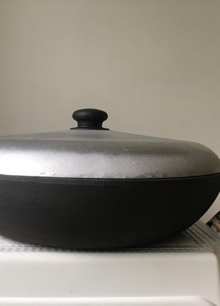 Сковорода жаровня чугунная с крышкой с двумя литыми ручками.Новая