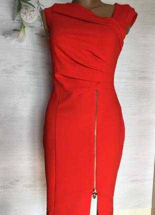 Роскошное платье красного цвета