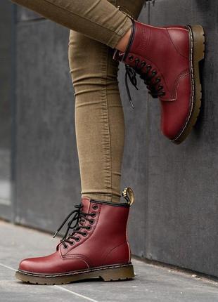 Женские ботинки dr. martens бордовые зимние на меху