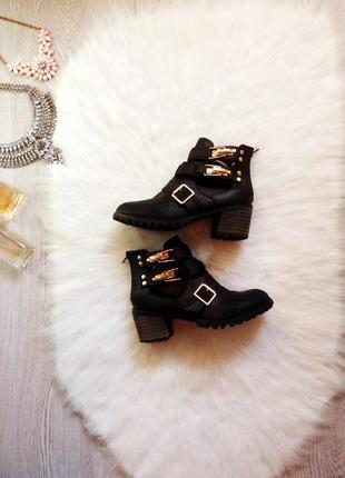 Черные ботинки на толстом каблуке тракторной подошве застежкам...