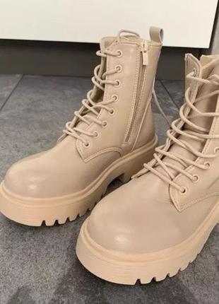Бежевые ботинки на тракторной подошве