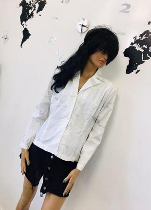 Шикарная нарядная классическая рубашка с серебристым принтом о...
