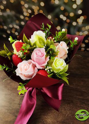 Букет с розами и клубникой