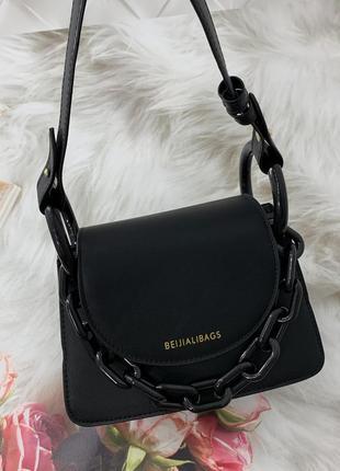 Маленькая женская сумка с толстой акриловой цепью черная
