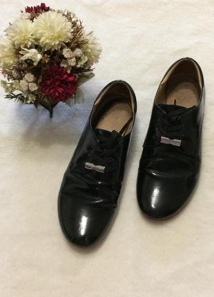 Туфли лаковые чёрные  на шнурках низкий ход кожа