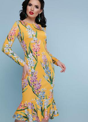 Яркое желтое платье с цветочным принтом