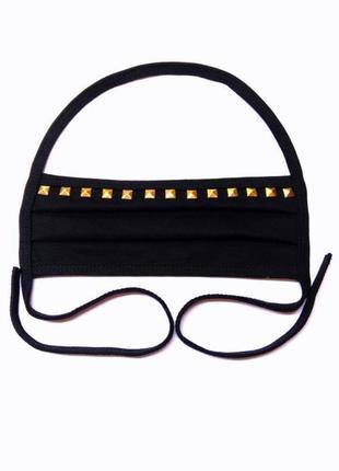 Черная маска с квадратными золотыми заклепками