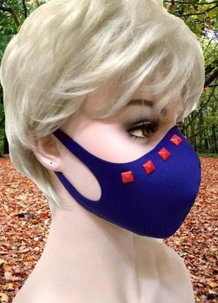 Синяя неопреновая маска с красными квадратными заклепками