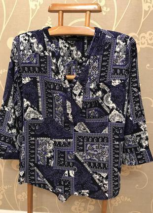 Нереально красивая и стильная брендовая блузка в узорах.