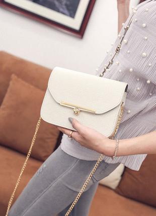 Милая женская сумочка белого цвета