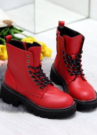 Яркие красные женские зимние ботинки на чёрной подошве