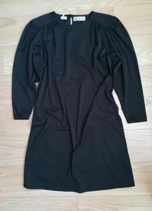Черное свободное платье с пышными рукавами