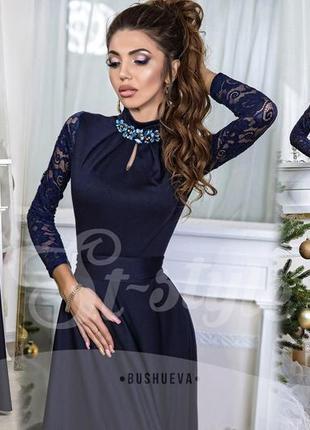Темно-синее батальное платье в пол, рукава гипюр, брошь со стр...