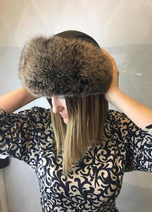 Кожаная зимняя женская шапка с опушкой из меха песца
