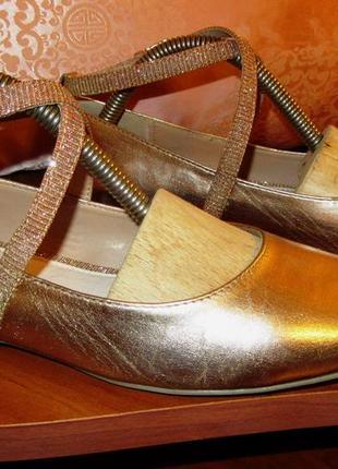 Золотистые блестящие туфельки балетки похожие на пуанты.