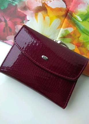 Маленький компактный кожаный кошелек портмоне лак тисненный бордо
