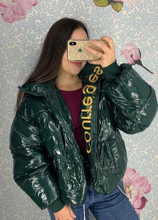 Женская короткая лаковая куртка пуховик courreges зеленая