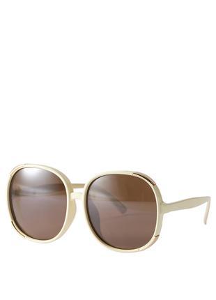 Солнцезащитные очки в светлой оправе