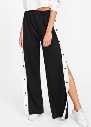 Черные стрейч штаны брюки с белыми лампасами кнопками по бокам...