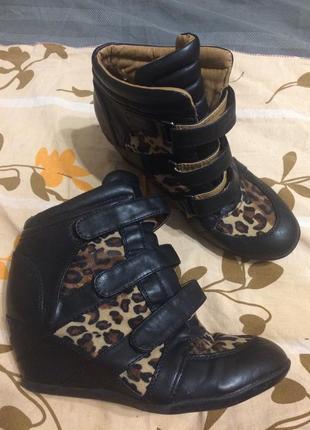 Сникерсы ботинки на танкетке леопардовые