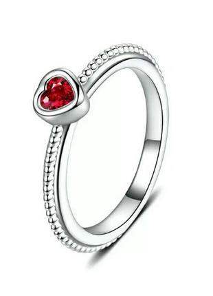 Нежное женственное серебряное кольцо с красным сердцем с фиани...