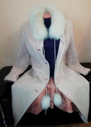 Зимнее пальто кремового цвета с натуральным мехом