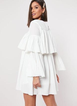Белое свободное платье плиссе с длинными рукавами