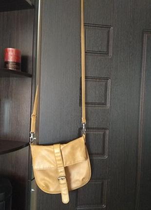 Бежевая сумочка с длинной ручкой через плечо кожзам с дефектом