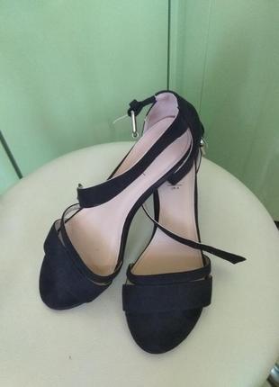 Босоножки черные замш квадратный каблук