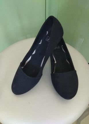Туфли черные на танкетке