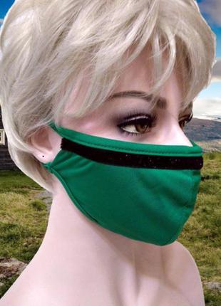 Зеленая трикотажная маска с блестящей черной полоской, двухсло...