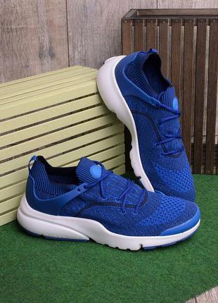 Мужские кроссовки синего цвета.