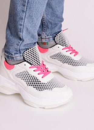 Женские кроссовки с розовыми шнурками