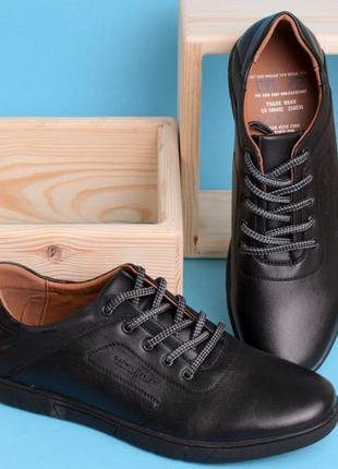 Черные туфли на шнуровке и плоской подошве