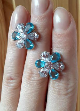 Серебряные серьги в виде цветка с голубыми  и белыми камнями