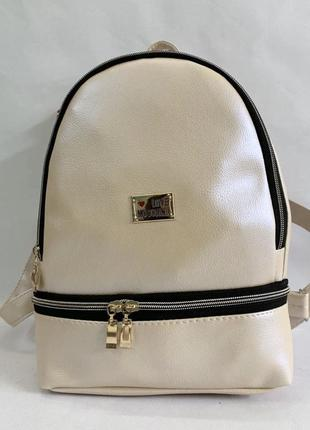 Новый женский рюкзак с модным логотипом.