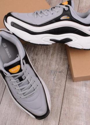 Серые с черным и белым кроссовки