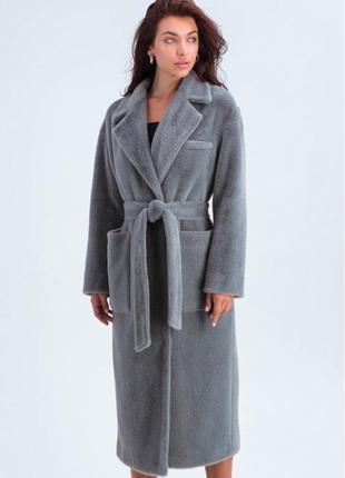 Однотонное пальто из эко-меха